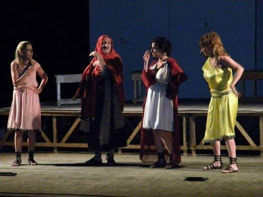 """L'esilarante scena del """"picco ritto"""": Enzo Casertano interpreta la """"pletora di donne"""". Molto divertente anche il ruolo di Chiara Cavalieri, brillanti Antonella Piccolo e Debora Caprioglio"""