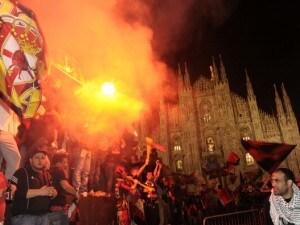 Scudetto Milan 2011: i tifosi rossoneri danneggiano la montagna di sale
