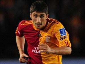 """Il terzino del Galatasaray s'improvvisa """"direttore d'orchestra del pubblico"""" con un'esultanza d'autore"""