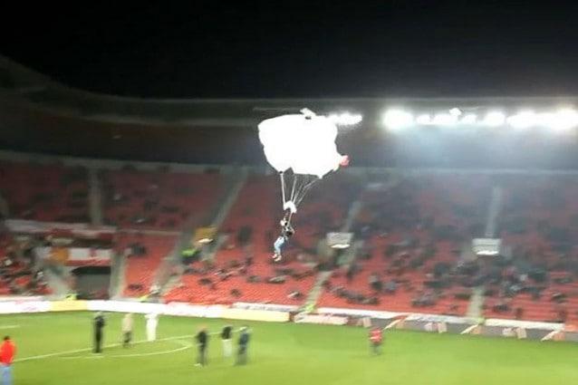 Invade il campo scendendo con il paracadute durante Slavia Praga-Viktoria Plzen (VIDEO)