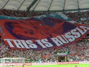 Sostenitori della Russia mostrano uno striscione gigantesco