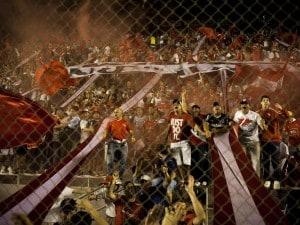 Poco prima dell'inizio del secondo tempo di Independiente-Belgrano i tifosi della squadra di casa hanno lanciato in campo dei petardi che hanno stordito il portiere del Belgrano Juan Carlos Olave.