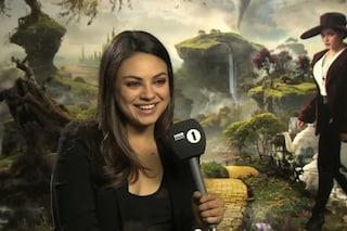 """""""Sei uno schianto, esci con me?"""", così il giornalista conquista Mila Kunis (VIDEO)"""