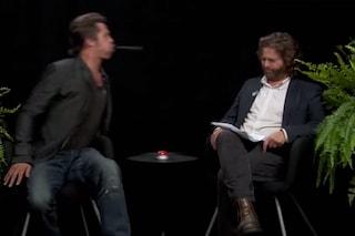 """""""Sei un attore di merda"""", Brad Pitt sputa la gomma in faccia a Zach Galifianakis (VIDEO)"""