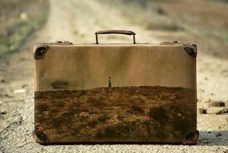 Le valigie diventano quadri della memoria