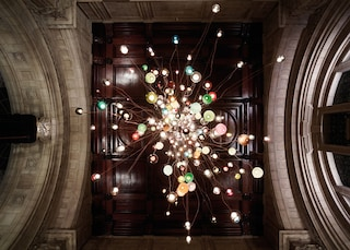 Al Victoria & Albert Museum un'installazione di luce surreale firmata Bocci
