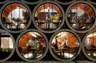 Il Prahran Hotel di Melbourne: grandi tubi di cemento per riprogettare una facciata