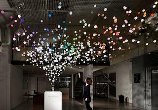 Bollicine frizzanti da toccare: ecco la nuova installazione di Emmanuelle Moureaux per Coca Cola