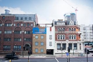 Vivere a testa in giù: a Londra l'ultima opera di Alex Chinneck