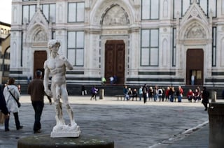 Un David di Michelangelo, superdotato e polemico, invade Firenze