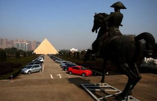Una piramide egizia e una replica di Versailles in Cina: ecco la città dei sogni di Zhang Yue