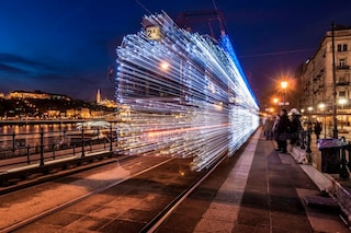 I tram di Budapest: 30000 LED per macchine del tempo alla velocità della luce