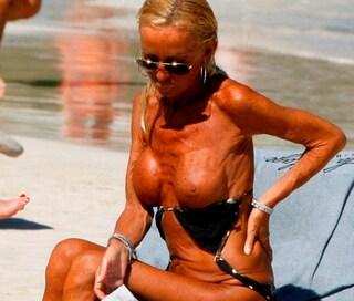 Donatella Versace in topless: paparazzata durante vacanza ai Caraibi