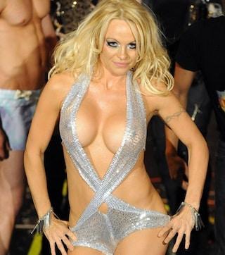 Pamela Anderson sexy in costume argentato, sfilata hot per Richie Rich
