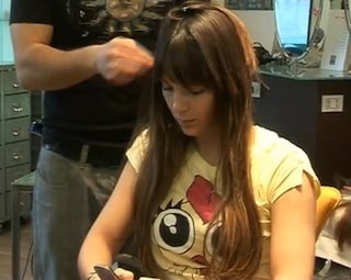 Sarah Nile, nuovo look ai capelli: torna alle extension. Video Youtube