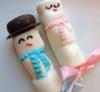 Dolci di Natale al cioccolato: marshmallow a forma di pupazzo di neve
