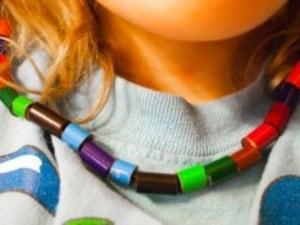 collana di matite colorate riciclate