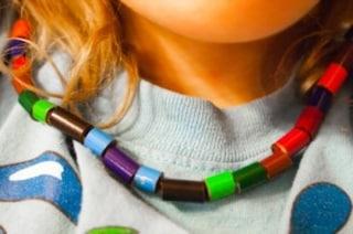 Creare collane fai da te: ecco come riciclare le matite colorate consumate