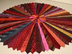 tappeto con cravatte riciclate