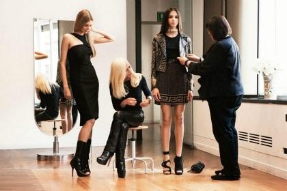 Donatella Versace esamina la collezione per H&M