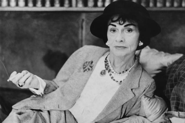 Vera e propria icona di stile, Coco Chanel ha avuto il merito di rivoluzionare il concetto di femminilità, sdoganando i capelli corti e imponendo la comodità come caratteristica principale dei suoi capi.