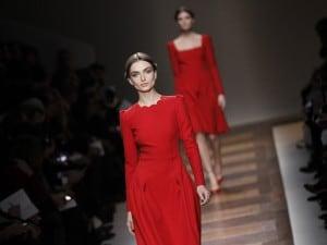 Il rosso Valentino sfila a Parigi ba0dff0d7c9