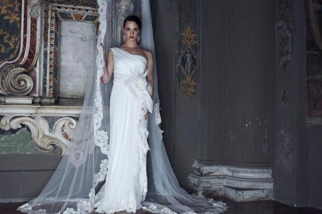 low cost b8e95 583de Asia Argento in abiti da sposa per Alberta Ferretti