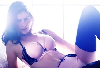 Laetitia Casta in lingerie per la collezione natalizia di H&M