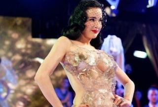 Dita Von Teese sfila vestita con confezioni di biscotti