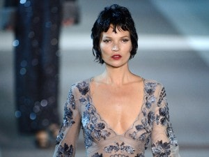 Louis Vuitton, in passerella una sensuale Kate Moss (VIDEO)