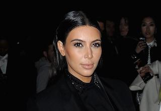 Kim Kardashian cambia look e sceglie uno stile sobrio