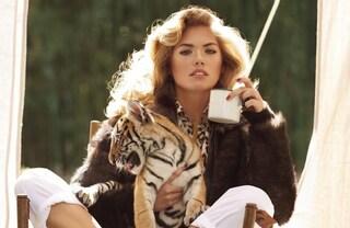 Kate Upton, la sexy modella curvy in posa tra le tigri