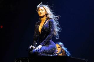 """Beyoncé """"dea rock"""" sul palco del tour con i costumi di Emilio Pucci"""