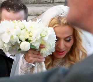 Valeria Marini: abito da sposa in pizzo e sandali gioiello per il matrimonio