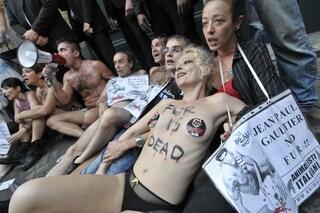 Animalisti nudi protestano alla sfilata di Gaultier (VIDEO)