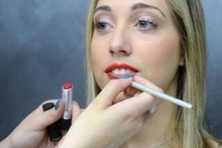 Il tutorial per avere labbra sensuali con il rossetto rosso (VIDEO)
