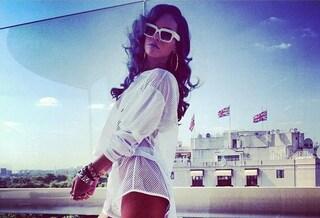 Rihanna, nuovo look con capelli grigi e sexy trasparenze (VIDEO)