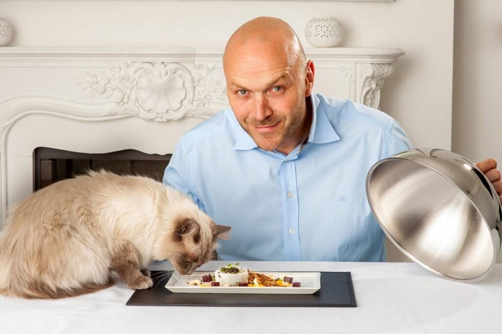 Lo chef Simon Rimmer e un gatto fortunato