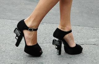 Tacchi assassini: arrestata all'aereoporto per le scarpe pistola di Chanel