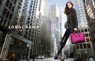 Una donna gigante cammina per le strade di New York (FOTO)
