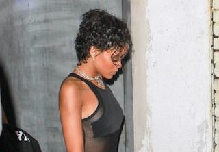 Rihanna: nuovo cambio di look con capelli corti e ricci (FOTO)