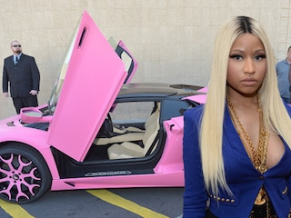 Lamborghini rosa e seno in mostra: Nicki Minaj è sempre più trash (VIDEO)