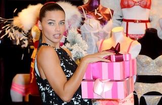 Adriana Lima, sexy in pizzo per l'inaugurazione di Victoria's Secret (FOTO)