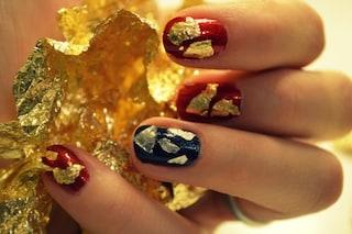 Decora le unghie per le feste con la foglia d'oro e la carta stagnola (TUTORIAL)