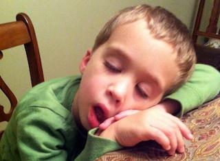 Papà fotografa il figlio mentre dorme nei posti più strani