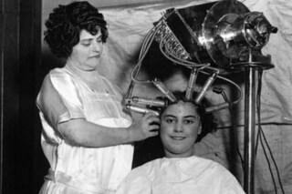 Quando per essere belle bisognava soffrire: i trattamenti di bellezza di inizio '900 (FOTO)
