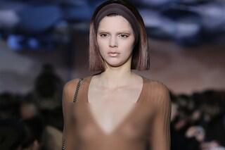 Kendall Jenner, la sorella di Kim Kardashian, mostra il seno in passerella (FOTO)