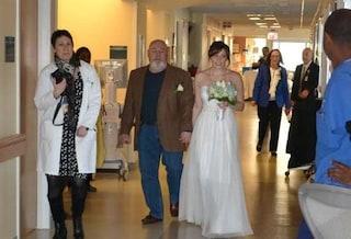 Organizzano in 24 ore un matrimonio in ospedale per restare vicino alla mamma di lei