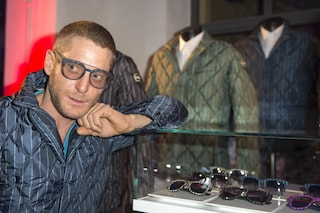 Lapo Elkann diventa commesso in Via Monte Napoleone (VIDEO)