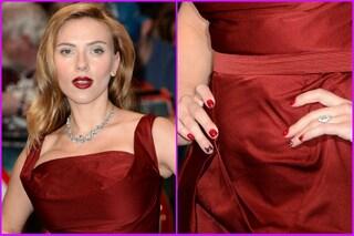 Scarlett Johansson e il look che nasconde il pancione (VIDEO)